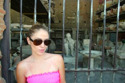 me-pompeii-crouching-man